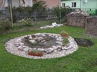 Kamenná spirála pro bylinky i květiny