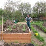 Vyvýšený záhon ve velké zahradě