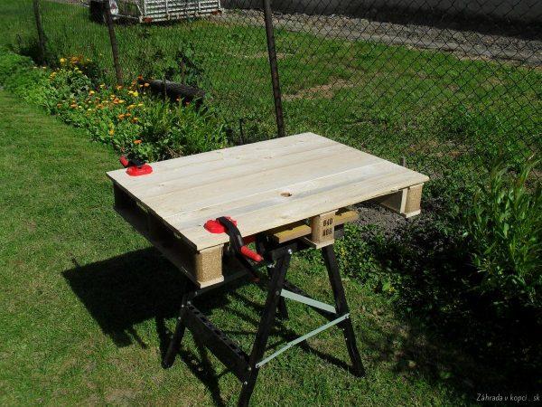 stolek má základ z palety