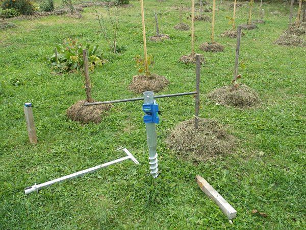 Osazení zemních vrutů pro sloupy vinohradu