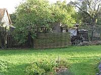 Stěna z vrbových prutů ukryla kompostér